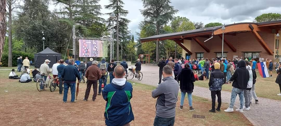 il pubblico dei Mondiali di Ciclismo davanti al ledwall dello stand della Pro Loco di Riolo Terme